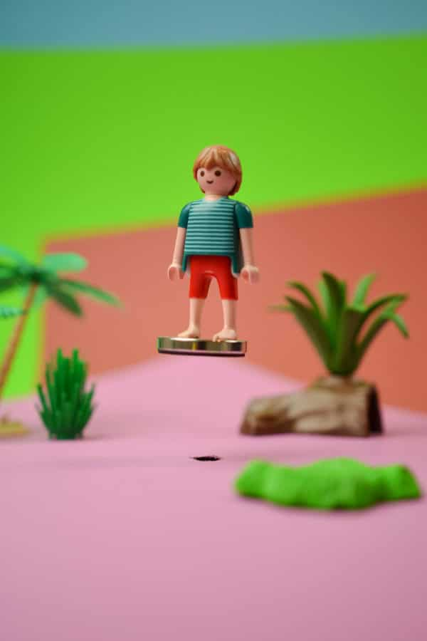 floating playmobil mannetje